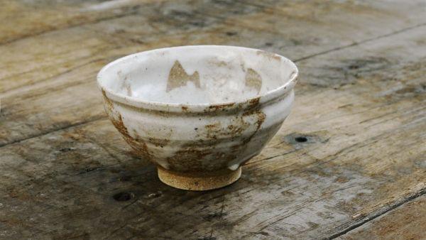 Matchaschale (Chawan) von Kato Juunidai – Weiß glasierte Matchaschale mit beige-orangem Ton (Shino-S