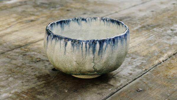 Chawan von Kato Juunidai – Weiß-blau glasierte Matchaschale mit beige-grauem, gerissenem Ton (Ofuke-