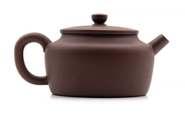 Yixing Teekanne mit Tonsieb von Herr Zhao in flacher Form