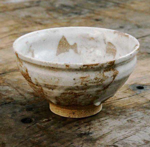 Matchaschale (Chawan) von Kato Juunidai – Weiß glasierte Schale mit beigem Ton