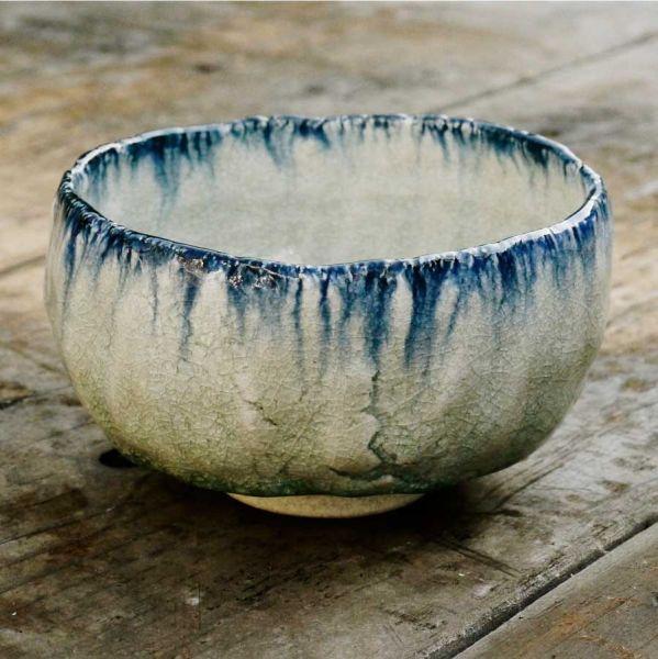 Matchaschale von Kato Juunidai – Weiß-blau glasierte Schale mit beige-grauem Ton