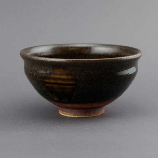 Matchaschale (Chawan) von Kato Juunidai – dunkelbraun glasierte Schale